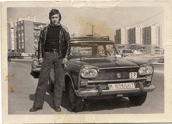 """""""Esta foto fue tomada en el año 1974 en Aluche, barrio de Madrid. Mi padre Jenaro y su segundo taxi recien comprado. Ahora el campo de la derecha donde pastaban ovejas está todo urbanizado""""."""