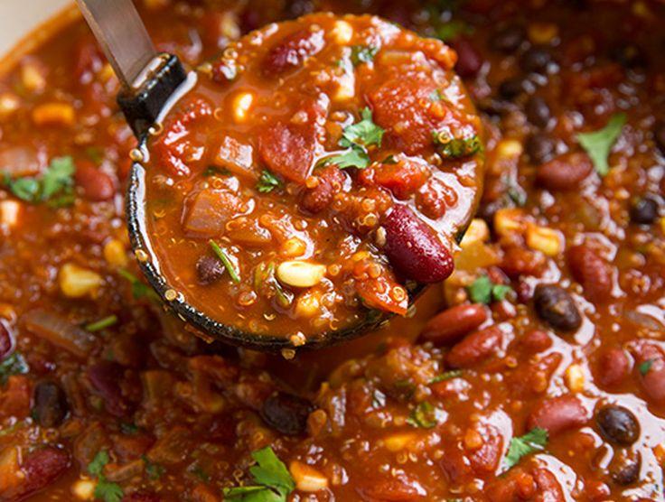 Ein Rezept für veganes Chilli, das ganz ohne Soja auskommt, dafür mit Quinoa ist. Gut sättigend, gesund und glutenfrei. Ein tolles Rezept für kalte Tage.