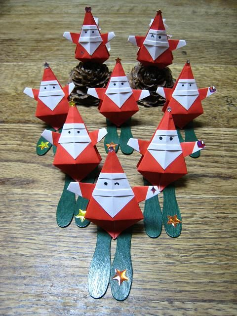 Papai Noel_ おまたせ~~♪サンタさんの作り方です! お友達に教えてもらったサンタさん 思い出しながら折り方編集しました。 1枚で折れて可愛いよ~♪ サンタさんの出来上がり~♪ できたかな? 足先は糊付けして止めてね! おなかはぷっくりふくらませてね! ...
