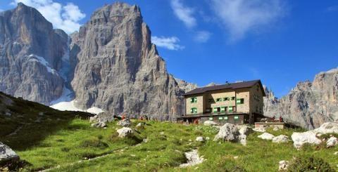 Vuoi vivere l'esperienza della montagna fino in fondo? Da domani aperti tutti i rifugi alpini delle #Dolomiti di #Brenta e dell'Adamello-Presanella. Ideali per una sosta e un buon pranzo durante le vostre passeggiate! #adamello  #campiglio #madonnadicampiglio #trentino #visittrentino #trentinodavivere