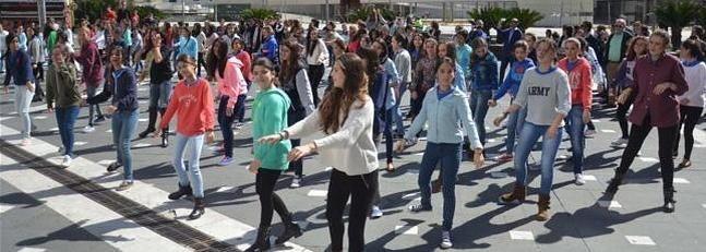 Badajoz celebra una marcha mundial Flash-Mob por la Endometriosis (Badajoz held a global Flash-Mob for Endometrioisis [Awareness]). Noticias en español. http://www.hoy.es/20140307/local/badajoz/badajoz-celebra-marcha-mundial-201403072153.html