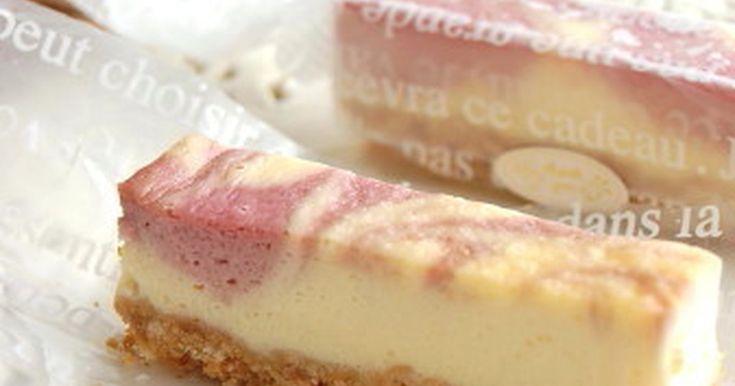 ピンク色のマーブル模様がかわいいラズベリーのチーズケーキです。ラズベリーの酸味がチーズとの相性ぴったりです。