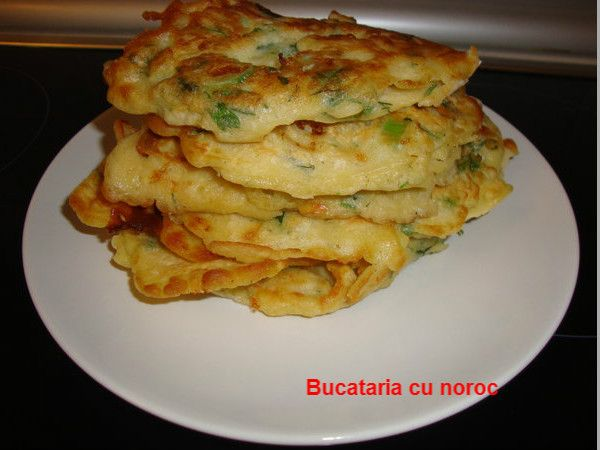 Pancakes cu ceapa verde si verdeturi - Bucataria cu noroc