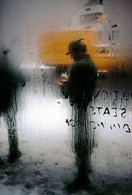 Saul Leiter. I love this street photography shot. pinterest.com/dapoirier/photography/ comment by dapoirier