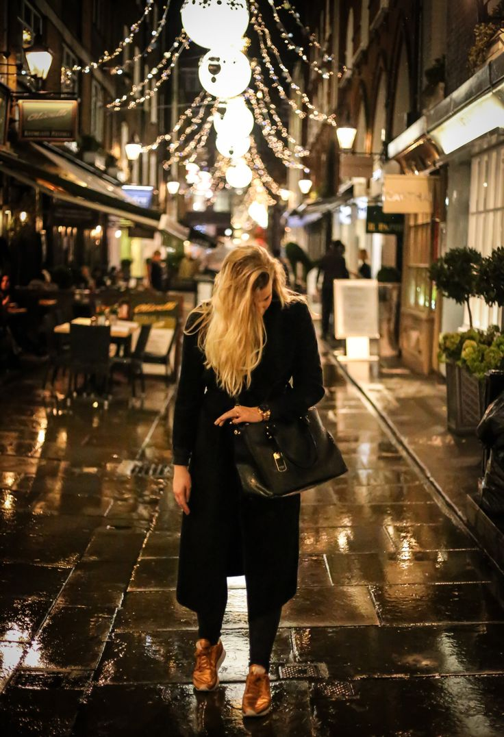 Black outfit and christmas lights, fashionblogger based in london.