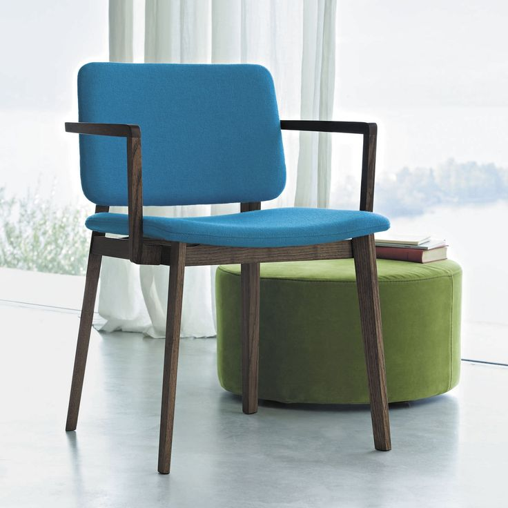 The rigorous design by Piero Lissoni creates a linear yet warm-looking seat, thanks to the different variants in the catalog. Hati can be in wood, simple and adaptable to any environment, or in leather or fabric for a richer design. The shapes are reminiscent of some past chairs, reworked to highlight structures and enhance its proportions.