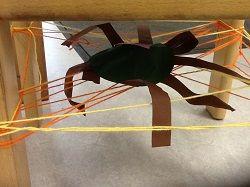 * Brrr... een spin onder je stoel! Maak een spinnenweb onder je eigen stoel…