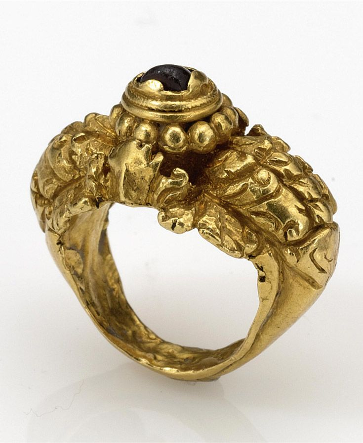 Indonesia - Bali | Gold ring with garnet cabochon | ca. 9th century | Est…
