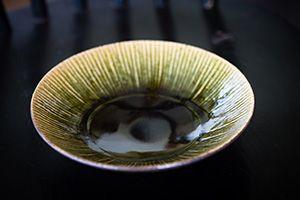 櫨山実則(鹿児島)  熊本・苗代川焼にて学び鹿児島に窯を築き、粉引き、三島、織部をおもに作陶している。深い緑の織部はモダンなデザインで、食材の色をいきいきと生かす、強くて美しい皿である。日本の食卓に何気なく伝えていく和の器として品格とあたたかさが調和する魅力あふれる器である。