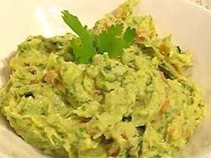 Het recept voor guacamole komt uit Mexico. Een goede guacamole is een perfecte combinatie tussen tomaat, koriander, limoen en avocado. Guacamole past erg goed bij beef fajitas of serveer het samen met een mooie salsa. Natuurlijk kun je het ook eten als dipsaus bij nachochips. Gebruik voor een goede guacamole in ieder geval rijpe avocado's.