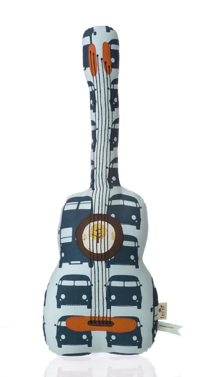 Ferm Living, kussen, guitar, afmeting 70 cm hoog, organisch katoen. Verkrijgbaar via www.dekleinegeneratie.nl