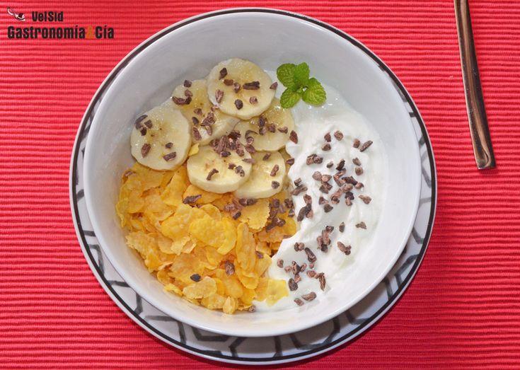 Skyr avec banane, cornflakes et noisettes