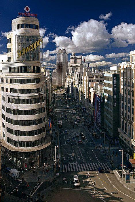 MADRID zien en genieten.Het toeval iis in de spaanse hoofdstad de beste gids.Panoramica de la Gran Via Voor de bouw moest in het begin van de 20ste eeuw een wijk van de oude stad worden gesloopt . De straat is de zetel van grote firma, s en vermaakcentrum