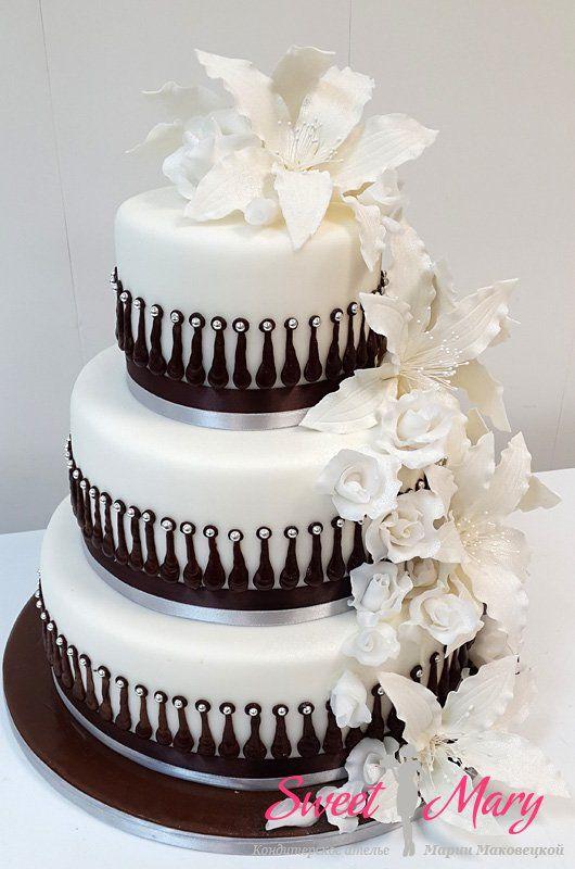Королевские лилии  Свадебный торт с белыми лилиями выглядит поистине по-королевски. Многоярусный торт с роскошным декором.