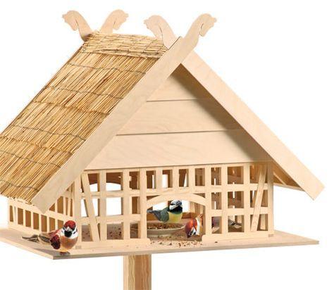 Ein Vogelhaus im Fachwerkstil - die Bauanleitung zu diesem genialen Futterhaus gibt es auf unserer Webseite.