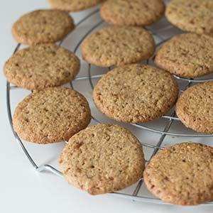 Kekse auf dem Rost abkühlen lassen