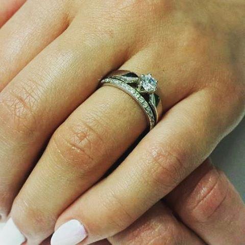 Niezwykłe, stylowe połączenia - klasyczny pierścionek zaręczynowy i nowoczesna obrączka ślubna z brylantami. Doskonały duet wiecznego blasku i szlachetnego chłodu białego złota.