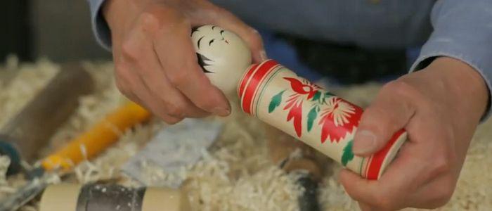 ¿Cómo se hace una kokeshi? Espectacular proceso sobre cómo se hacen estas muñecas japonesas
