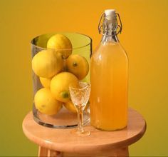 Вкусняшки из водки. Делаем Лимончелло и ОранчеллоИтак, для приготовления ликера Лимончелло дома нам понадобится: • 1 литр спирта или водки; • 8-10 спелых лимонов; • 3 стакана сахарного песка.