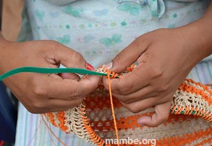 Artesana Sikuani tejiendo una mochila en fibra de moriche. ( Vichada- Colombia)