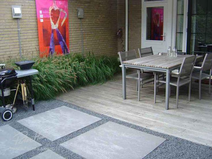 Tuin met split, grote tegels, vlonder en zuilbomen