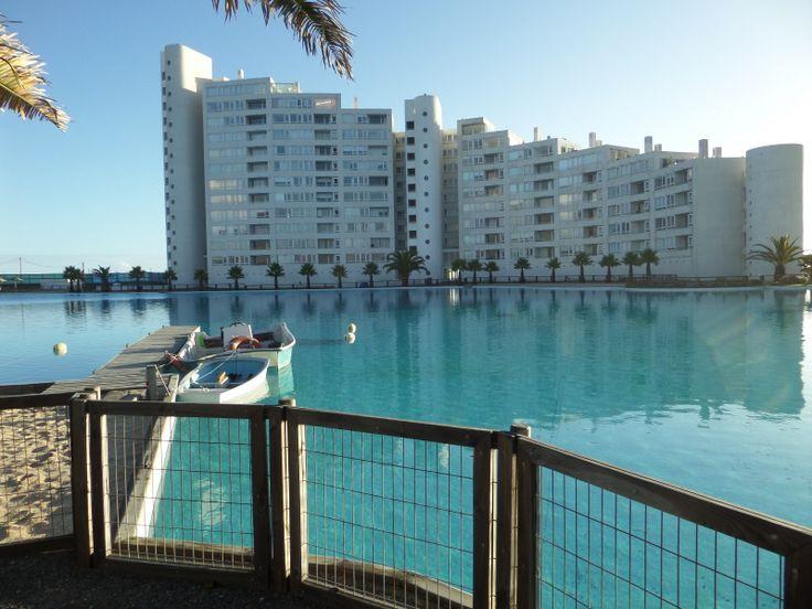 Me quede en este hotel en Concepción. Este al lado de playa y tiene una piscina grande.