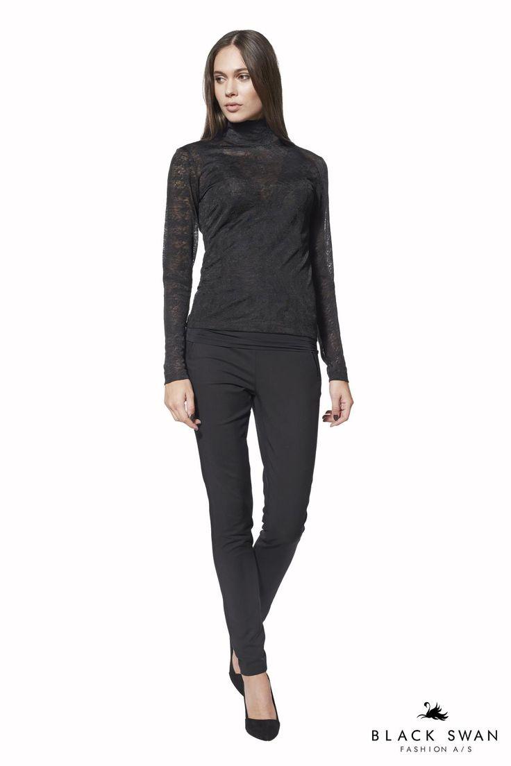 Toppen i houndstooth mønster har en fin høj hals med fine små knapper og slids i nakken. Den er let gennemsigtig, super behagelig og med en god pasform. Elegant soft longsleeve top. Black Swan Fashion