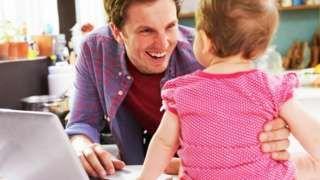Image copyright                  Thinkstock Image caption                                      Tal vez sea hora de repensar los permisos de maternidad y paternidad de forma integral.                                Adelantados en materia de políticas sociales para proteger la maternidad, los países nórdicos también han sido pioneros en darles a los hombres licencias remuneradas para ayudar en la crianza de los hijos. Es así que en países