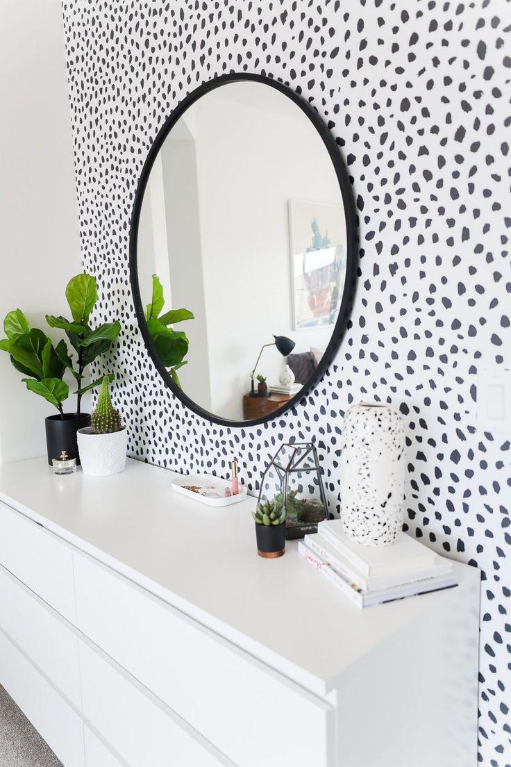 Dotted wallpaper over a drawer | polka Dots Tapete über eine Garderobe #flur #entrance