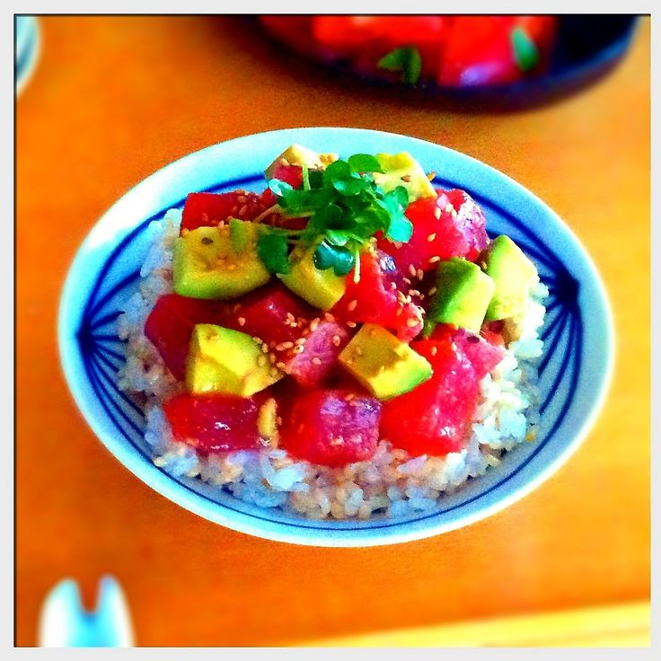 ハワイ語で、アヒはマグロ、ポキは魚介類の切身に、塩、醤油、食用油、海藻、香味野菜などを混ぜ込んで調味した料理を意味するようです。要するに、マグロの漬けの事ですね。  ハワイの代表的なお料理は、当然の事ながら夏にぴったりの仕上がりです。アボカドも加え丼にしました。  +  *私の作り方*  マグロ   1柵 アボカド   1個 レモン汁   大さじ1 醤油   大さじ1 胡麻油   大さじ1 塩   少々 万能ネギ いりごま  1. マグロとアボカドをひとくちサイズに切り、アボカドにレモン汁をまぶしておく。  2. 醤油、胡麻油、塩を混ぜたドレッシングにマグロとアボカドを加えてザックリと混ぜる。  3. ごはんに2をのせ、ゴマをふりかけネギ(今回、カイワレで代用)をのせたら完成。
