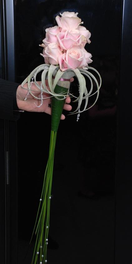 Hvite roser og blålilla dendrobium? Hvite roser og fjær nederst? Delphinium? Cymbidium i stedet for roser? Må evt være større, for få blomster.
