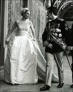 L'abito nuziale di Grace Kelly è citato come uno dei più eleganti e più ricordati vestiti da sposa di tutti i tempi. Fu disegnato da Helen Rose della MGM, consisteva di una parte superiore con collo alla coreana e maniche lunghe di pizzo, con attaccato un sotto-corpetto ed un supporto per la gonna, formata a sua volta da due gonne sovrapposte.