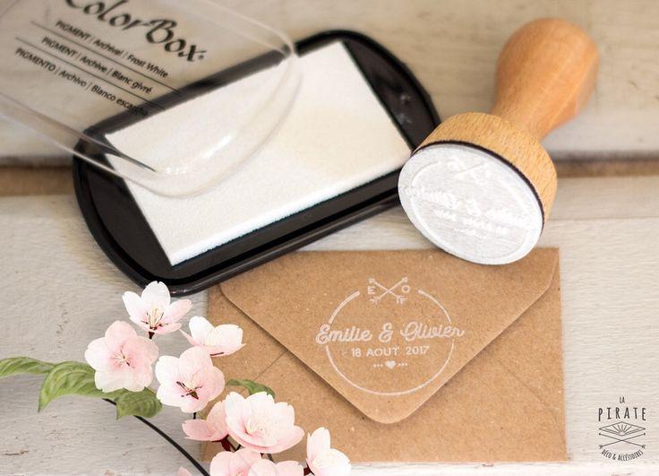 Tampon Mariage personnalisé à apposer sur vos enveloppes, faire-part et cadeaux invités.