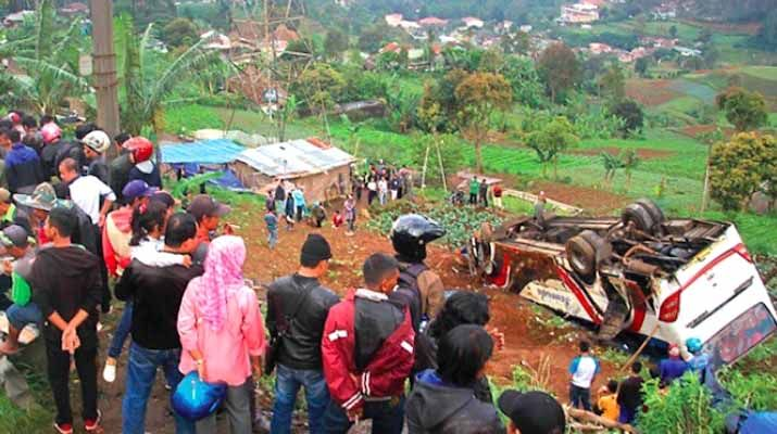 Sinarmerdeka.id - Peristiwa kecelakaan maut di kawasan Ciloto, Kabupaten Cianjur, Jawa Barat, Minggu (30/4), rupanya bukanlah yang pertama. Sebelumnya, pernah pula terjadi peristiwa serupa. Kondisi jalan yang menurun, sekaligus banyaknya tikungan tajam menjadi faktor utama terjadinya kecelakaan.   #lampung #nasional #sinarmerdeka.id #tanggamus