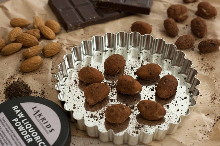 Easy and simple recipe for roasted almonds with chocolate and liquorice powder. The double layer of chocolates makes them super delicious.