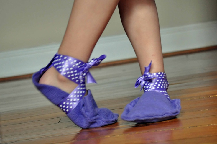 Felt and ribbon and voila,  your  child makes her/his own slippers!