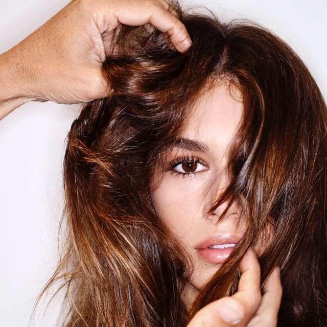 Non è facile avere dopo l'estate i capelli lucidi ed elastici come quelli che Kaia Gerber mostra nella foto sotto (scattata nel backstage Alexander Wang durante la New York Fashion Week). Le mani che le massaggiano la testa sono, niente di meno che, quelle dell'hairstylist Guido Palau.