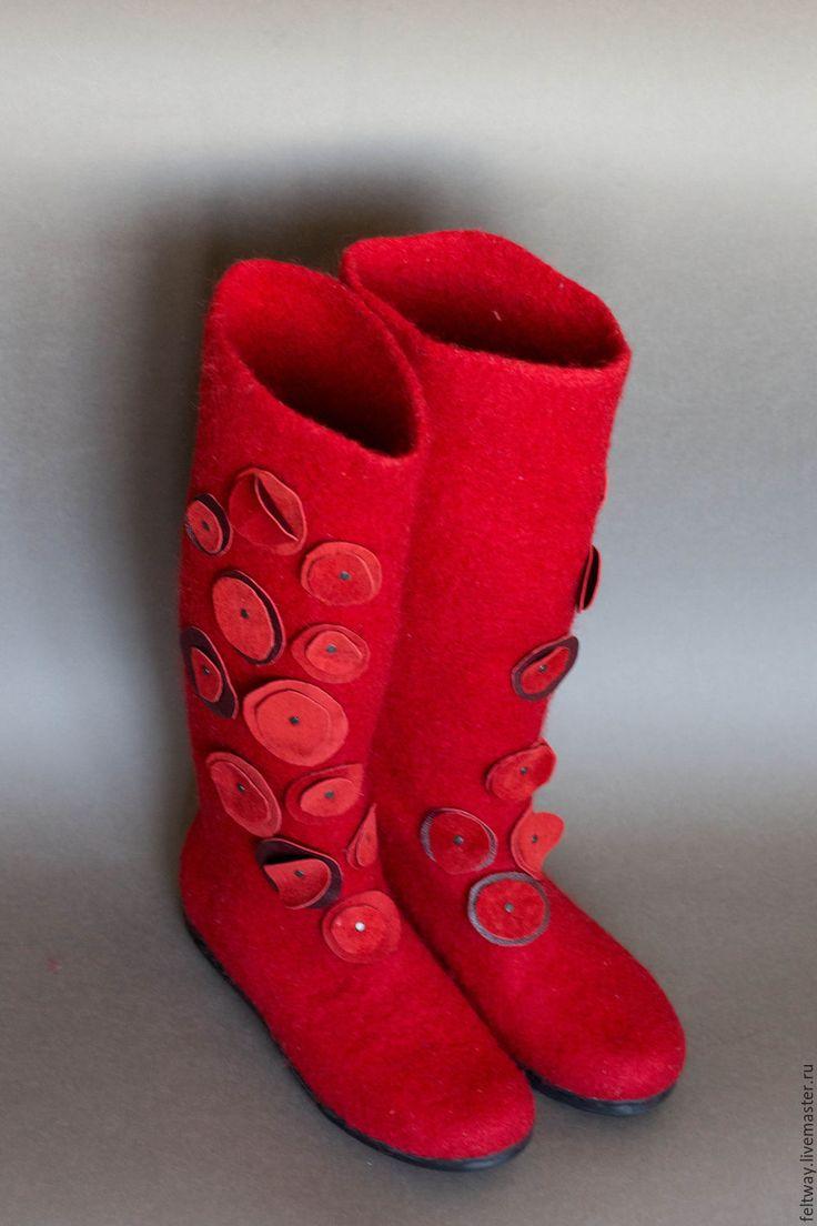 Купить или заказать Войлочные сапоги 'Красные маки' в интернет-магазине на Ярмарке Мастеров. Войлочные сапоги для осени и зимы. Очень уютные. Плотно сидят на ноге. Декоративные 'маки' из кожи. Не толстые. Плотные. нос и пятка жесткие, как на фабричной обуви. Вполне подойдут для городской зимы. размер 37 на узкую ногу. Подошва приклеена и прошита. Именно эту пару продам с большой скидкой из-за некоторого момента, о котором в личном сообщении. На зака…