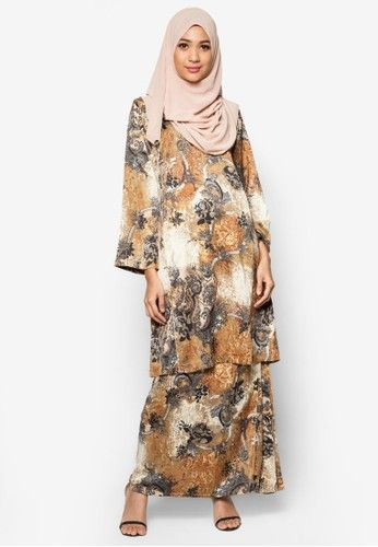 Baju Kurung Pahang Amirah from Butik Sireh Pinang in Brown Look chic and sweet when you put on this Baju Kurung Pahang Amirah by Butik Sireh Pinang. Crafted from exquisite material, the classic Baju Kurung gets an upgrade with an all-over two-toned abstract, regal print that blends seamlessly with th... #bajukurung #bajukurungmoden