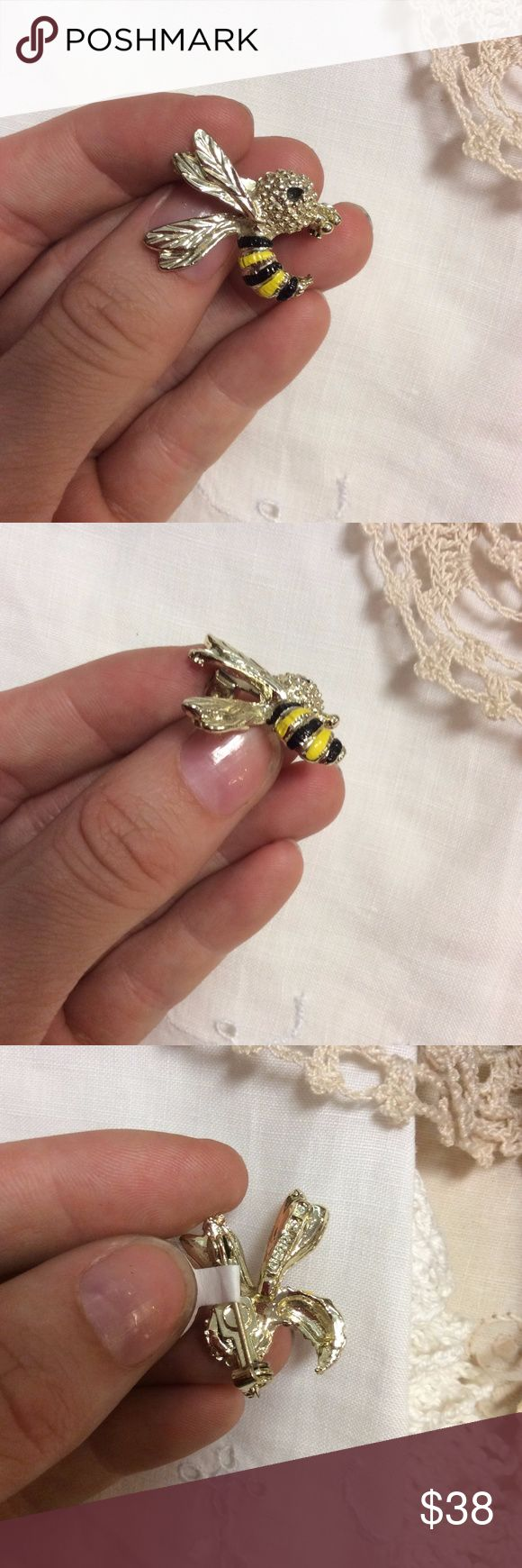 Vintage Yellow Jacket, Wasp Pin Excellent condition brooch. black and yellow. like an inch tall. Insect lovers. bug. bugs. wings. flight. mascot. Bee. honeybee. bees. sting. stinger. J000411088874581 Vintage Jewelry Brooches