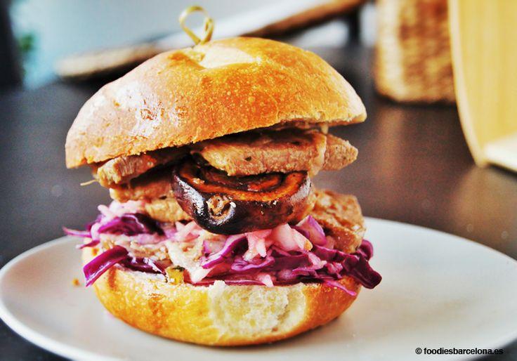 Sandwich de lomo de cerdo marinado en hierbas y jengibre, con setas portobello, col lombarda y manzana. Hecho con pan natural, de larga ferm...