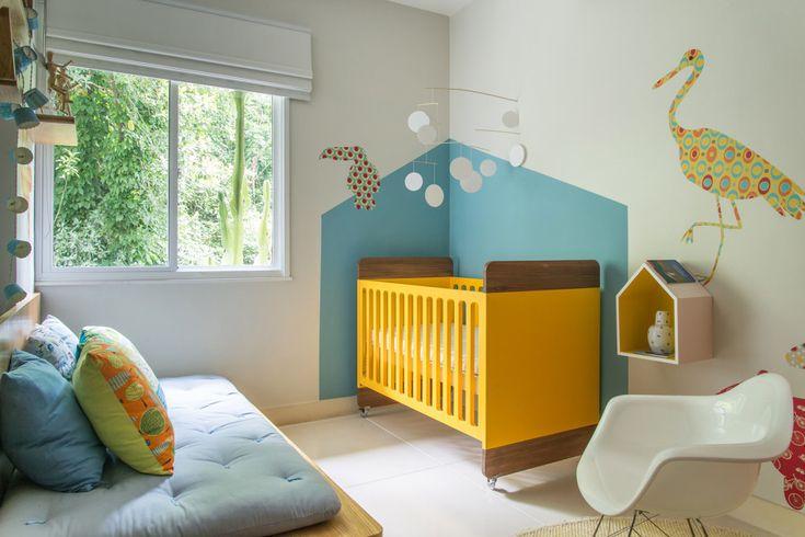 azul claro O tema confortável apresenta um azul suave que é ótimo para iluminar um espaço pequeno e animar um ambiente neutro. Essa cor combina muito bem com cores neutras como o cinza, bege e branco. Para os mais ousados, também proporciona combinações incríveis com o verde, amarelo ou com tons mais quentes, como o pink e o laranja. O azul também combina muito com a tonalidade da madeira.