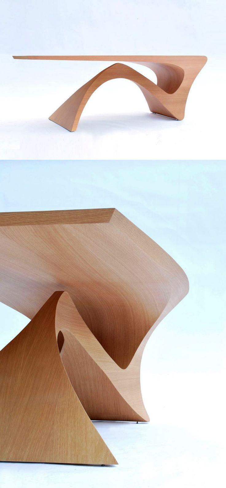 La forme de la table rappelle un corps de femme qui permet de faire tenir en équilibre des objets ou autre.