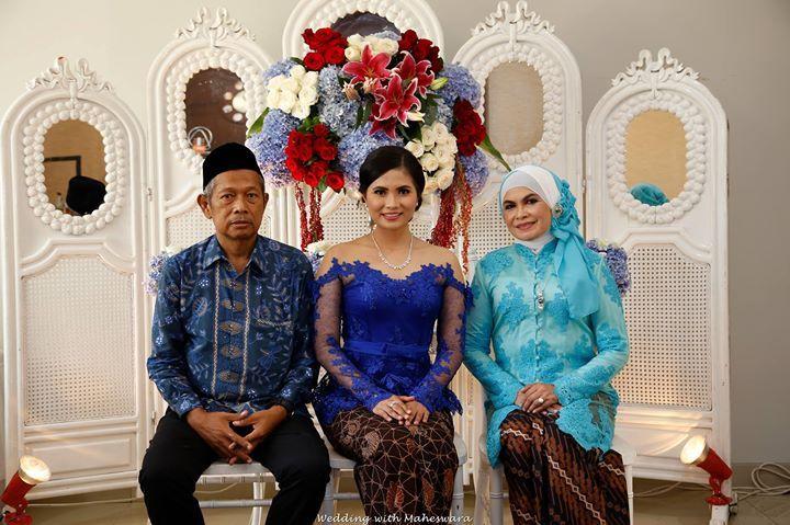 Beberapa pernikahan adat di Indonesia, mensyaratkan kehadiran kedua orangtua calon mempelai. Hal ini dikarenakan sebagai tanda kasih mereka melepas anaknya menuju hidup baru.