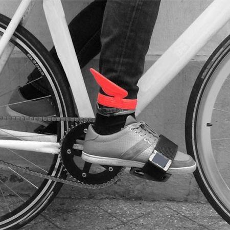 2 ali catarifrangenti rosse.  4 pedoni appendiabiti.  Il brand francese Eno Studio crea lampade e oggetti di grande creatività.  La lampada a forma di cane è ormai famosa e l'originalità degli altri prodotti non è da meno. Cappelli che diventano lampade, pedoni degli scacchi che si trasformano in appendiabiti e ali catarinfrangenti che spuntano ai piedi di veloci ciclisti.