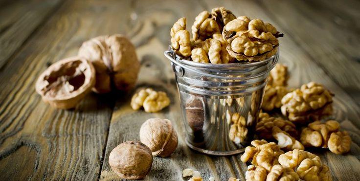 Frutti ricchissimi di salute: le noci Siamo nel pieno della stagione delle noci. Sono frutti ricchissimi di sostanze benefiche per la salu noci antiossidanti alimentazione