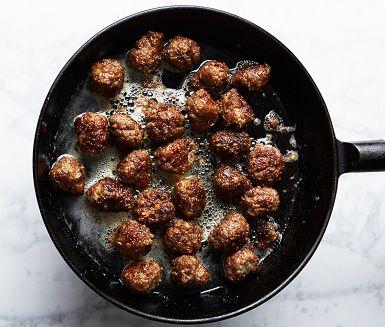Det finns nog lika många köttbullsrecept som det finns köttbullsälskare. Men ska du laga en enda köttbulle till, laga då detta recept. Resultatet är precis lagom saftiga köttbullar med god och gräddig smak. Beräkna knappt en matsked smet till varje bulle.