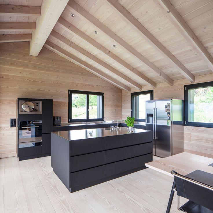 Dieses Einfamilienhaus in der Schweiz ersetzte ein altes Gebäude aus dem Jahr 1972. Das neue Gebäude wurde unter Beachtung des schweizerischen Nutzungsgesetzes gebaut (Art. 24c). Das…