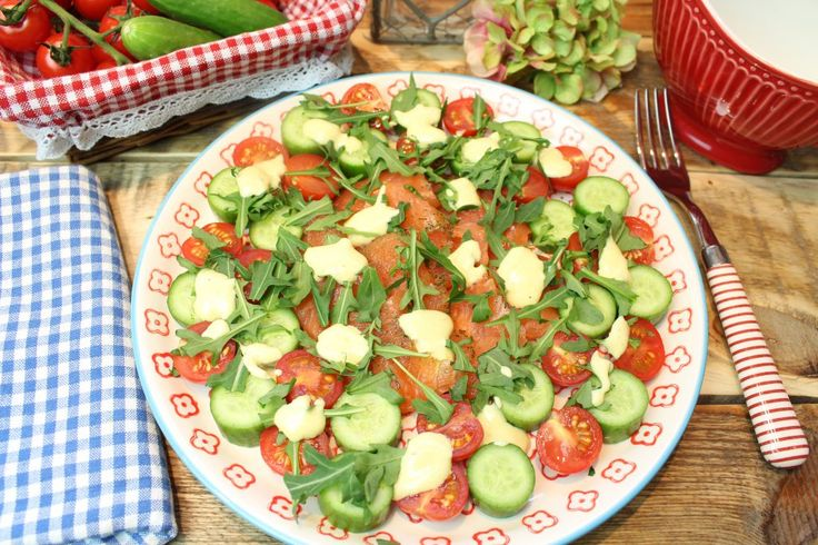 Low Carb Rezepte von Happy Carb: Lachs-Carpaccio mit Grünzeug und Senfsößchen.