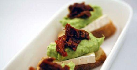 Мусс из авокадо на теплой чиабатте с сыром бри — Вкуснота!